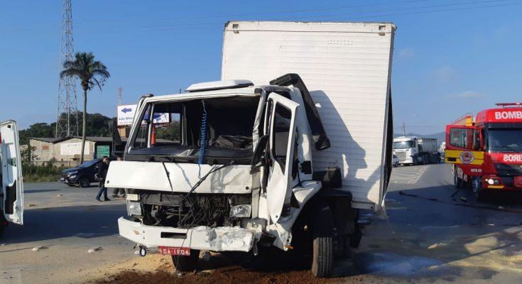 Polícia Rodoviária Federal atende acidente grave em Navegantes, na BR 470