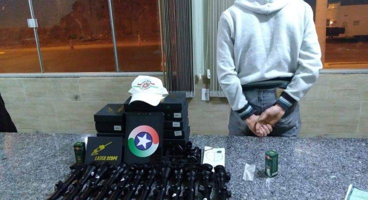 A Polícia Militar Rodoviária prendeu um homem com material de uso restrito, na noite da última quarta-feira, dia 04 de setembro, no Km 75,450 da SC 480, em Bom Jesus, por volta das 23h.